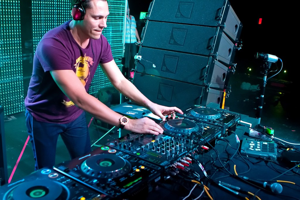 tiesto24of51 1024x682 PREVIEW: Tiesto   Maximal Crazy (R3hab & Swanky Tunes Remix)